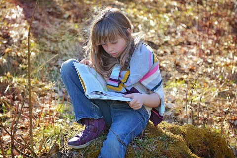 Girl readin at AshTutors.co.uk